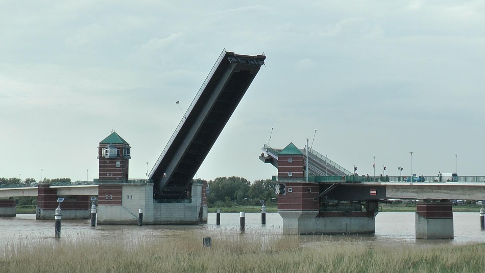 größte Klappbrücke Westeuropas bei Leer (Ostfriesland)
